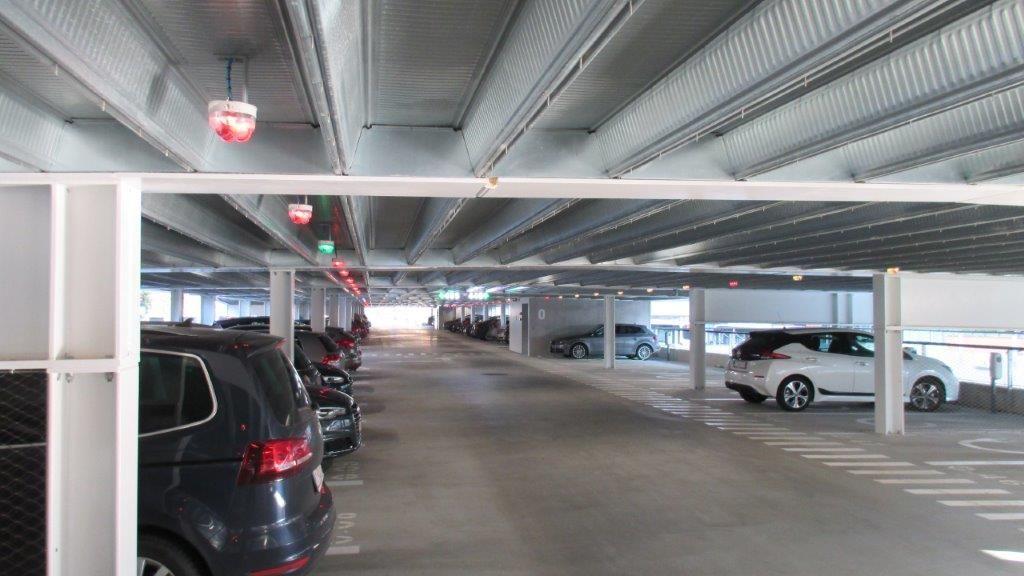 Het parkeerbegeleidingssysteem dirigeert bestuurders snel naar vrije plaatsen door middel van sensoren aan het plafond.