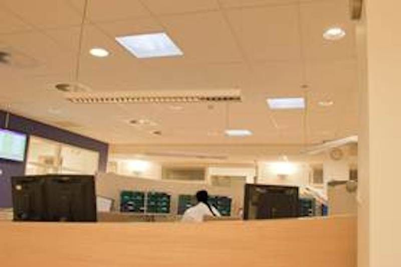 Het licht wordt van het dak naar de gelijkvloerse verdieping getransporteerd via 53cm dikke reflecterende buizen.