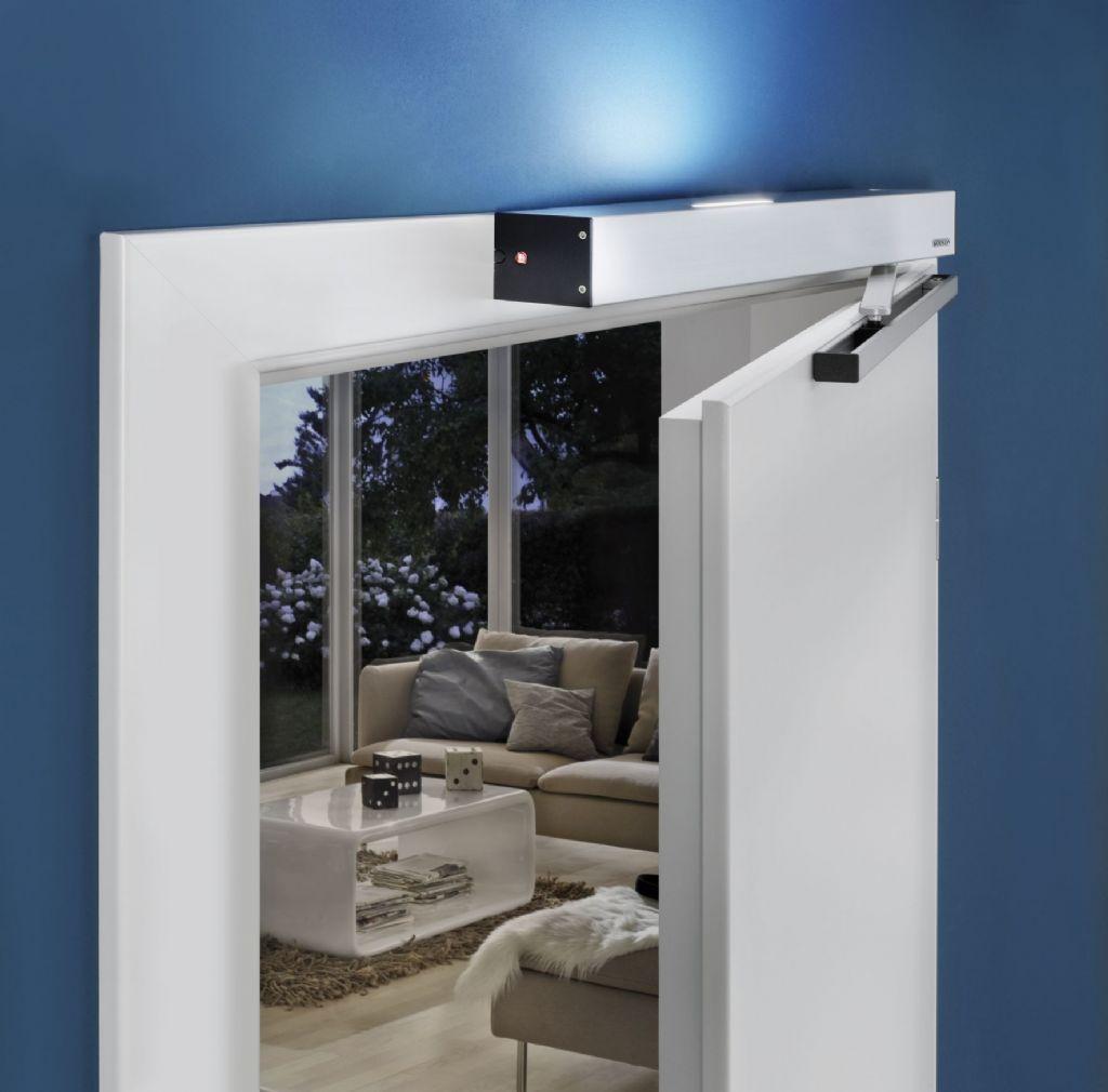 De montage en installatie van de PortaMatic is eenvoudig. De aandrijving wordt boven de deur of op het  kozijn bevestigd. De geleidingsrail kleeft op het deurblad en laat bij demontage geen sporen na, wat vooral bij huurwoningen van pas komt.