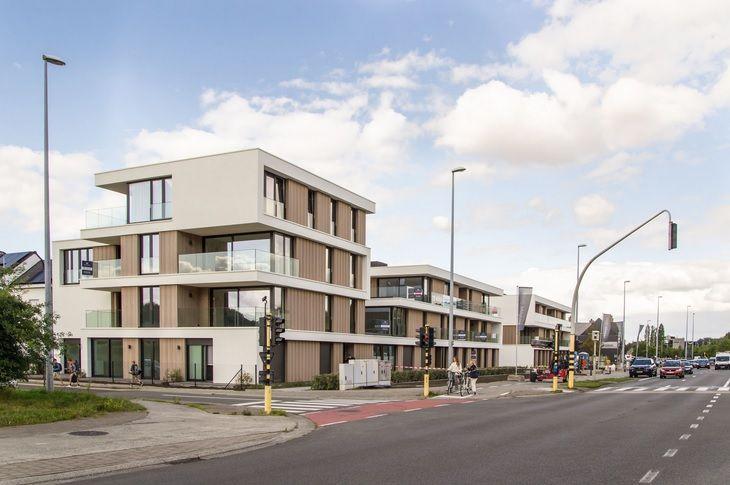 Aan de straatzijde bevinden zich twee blokken met 32 appartementen.