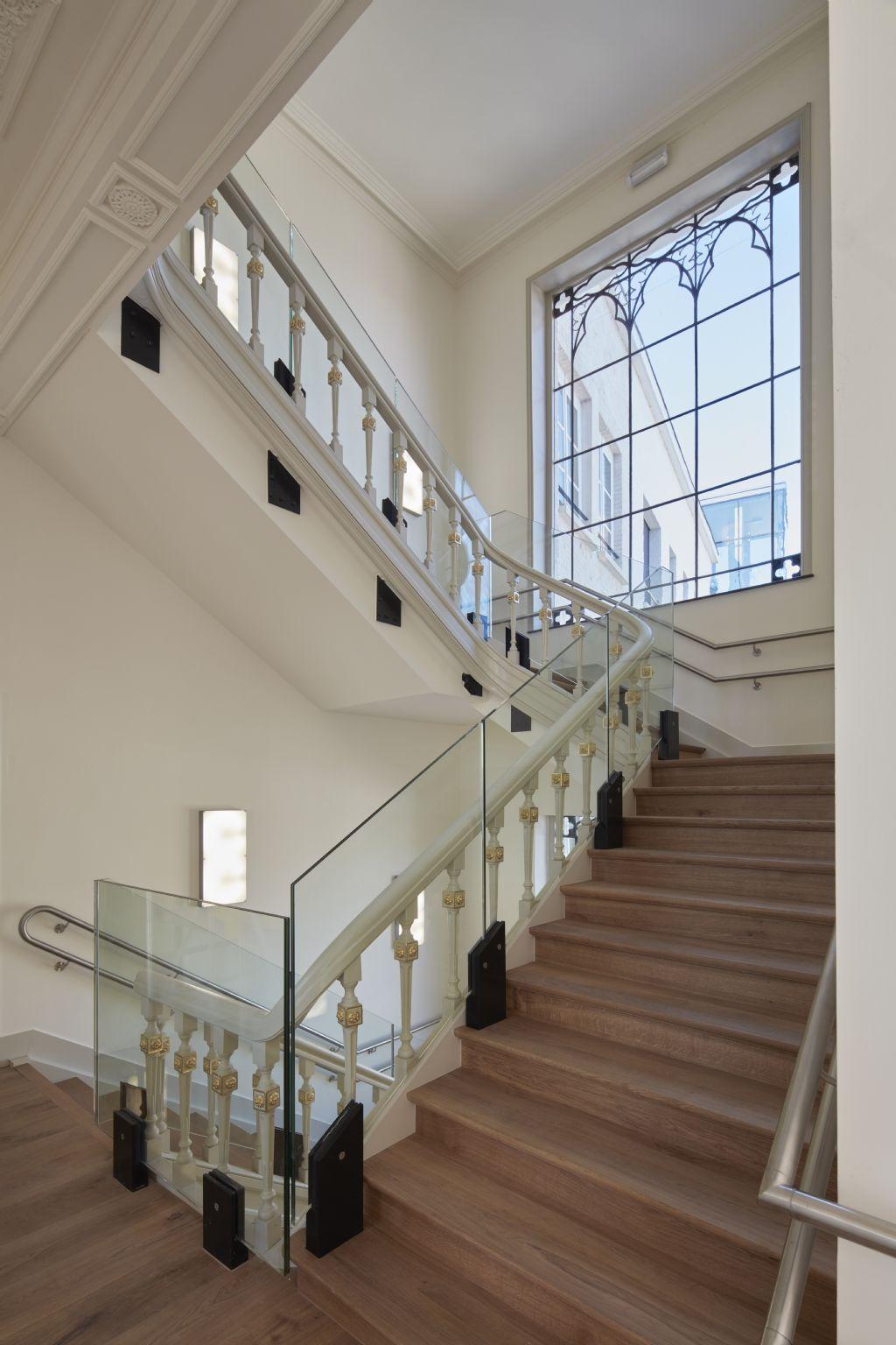 De monumentale houten trap in het historische gebouw is vervangen door een betonnen exemplaar, bekleed met hout. (Foto: Rimanque)