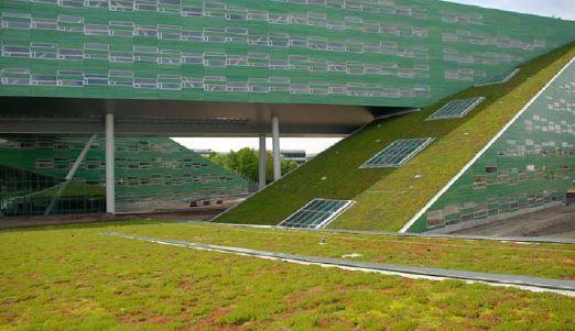 Het gebouw werd beplant met gras.