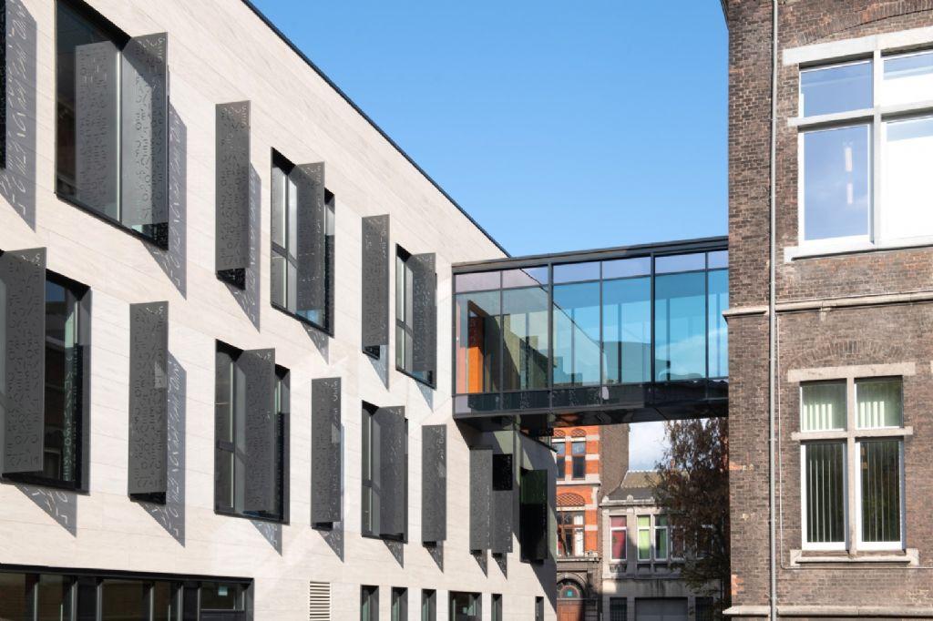 Entre les deux bâtiments, une haute passerelle vitrée.