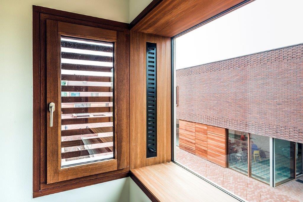 De ramen zijn bijzonder omdat er op sommige plaatsen gewerkt is met wisselende glasvlakken. (Foto: Marc Sourbron)