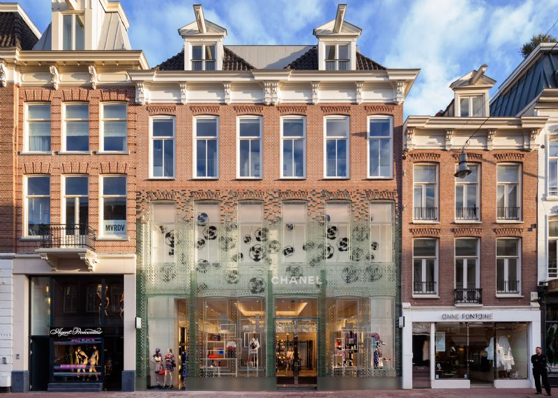 MVRDV vervangt traditionele gevel Chanelwinkel door glazen stenen sterker dan beton