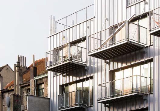 Grote ramen zorgen voor een overvloedige natuurlijke lichtinval, terwijl de bewoners via hangende terrassen aan de achterzijde optimaal kunnen genieten van hun eigen stukje groen in de binnenstad. (Foto: Olivier Anbergen)