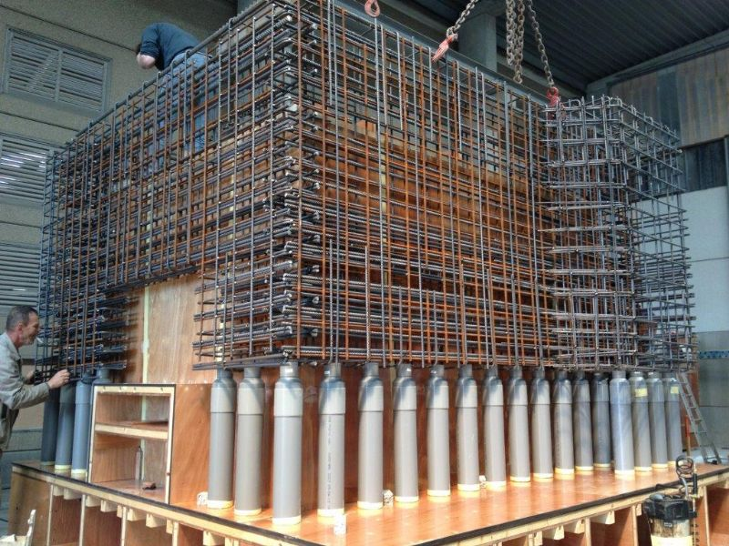 De nieuwe radartoren is niet zomaar een opeenstapeling van standaardelementen. De prefabbetonmoten werden op maat geproduceerd aan de hand van een speciaal bekistingssysteem. (Foto's: Loveld)