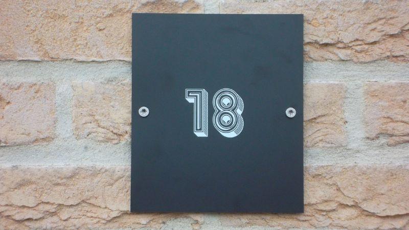 355 gezinnen kregen een nieuw, handgemaakt huisnummer.