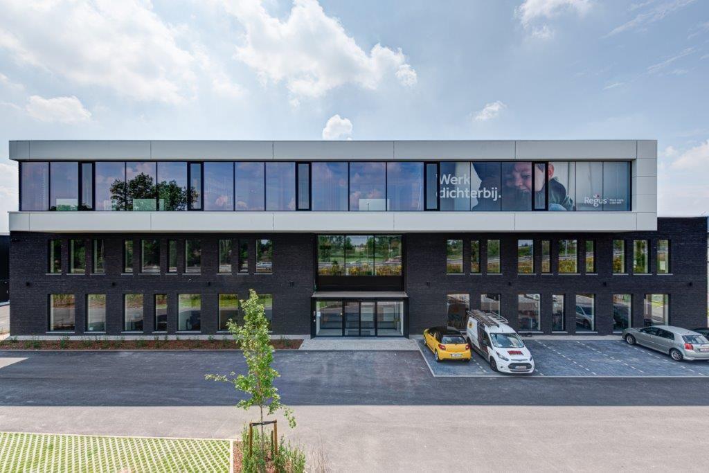 Het kantoorgebouw mocht een eyecatcher zijn omdat het vlak bij de E19 ligt en dus per definitie sterk in het oog springt.