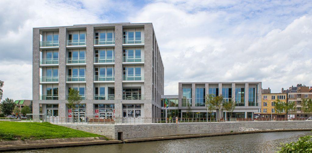 Beide blokken zijn bekleed met een combinatie van geanodiseerde aluminiumpanelen en 1.300 m² Italiaanse natuursteen, afgewisseld met dieperliggende glaspartijen. (Foto: VK Architects & Engineers)
