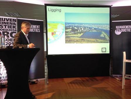 Luc Van Maercke, CEO van Vooruitzicht, geeft een lezing over het Regatta project in Antwerpen.