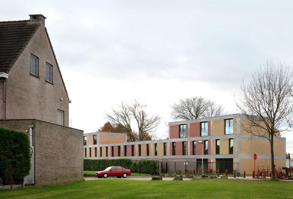 Het afwisselen van de soorten woningen brengt een aantrekkelijke volumetrie binnen de woningenrij.