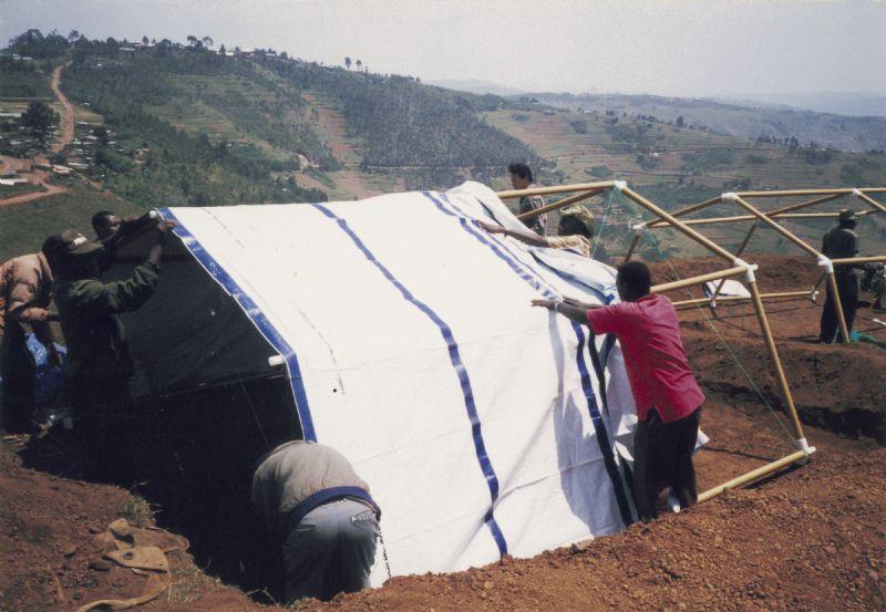 Een papieren vluchtelingentent in het Byumba vluchtelingenkamp in Rwanda, 1999.