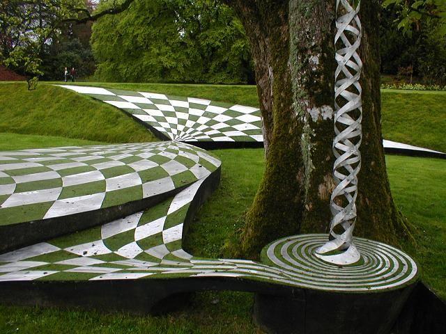Een tafereel uit Jencks' Garden of Cosmic Speculation in Schotland.