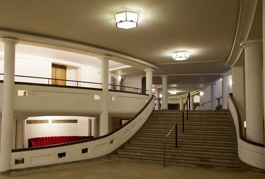 Baswaphon Classic, geluidsabsorberend marmerpleister, werd onzichtbaar aangebracht op de plafonds van de gangen met dubbele hoogte om een gedempte en rustige akoestiek te scheppen.