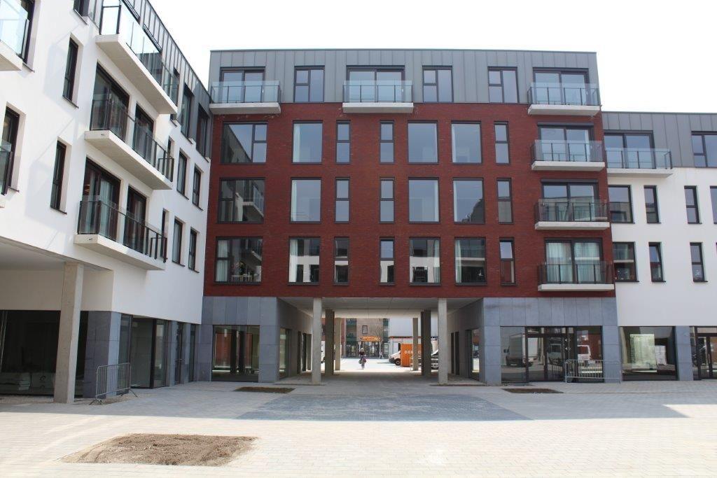 Het centrale binnenplein is onder meer bereikbaar via onderdoorgangen onder de nieuwe gebouwen.