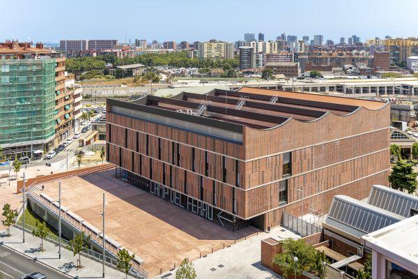 Sportcomplex Camp del Ferro: boeiende dialoog tussen industrieel verleden en duurzame toekomst