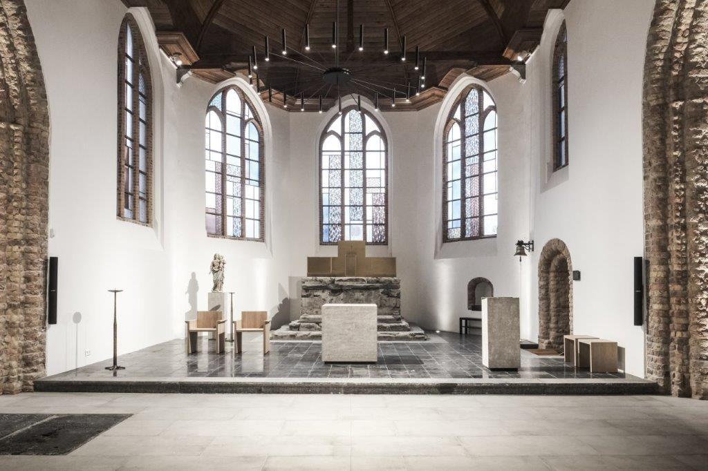 Het sacrale gedeelte in de afgebrande Sint-Niklaaskerk na restauratie. (Beeld: Thibault Florin)