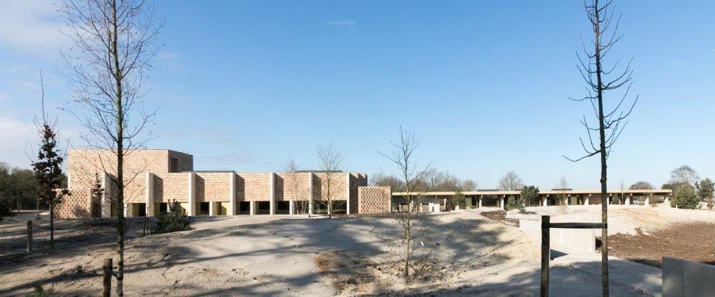 De architecten gingen uit van een restauratie van het historische landschap en ontwierpen pas in tweede instantie een gebouw. Een aanpak die maakt dat de natuur een centrale rol bekleedt. (Beeld: Vanhout)