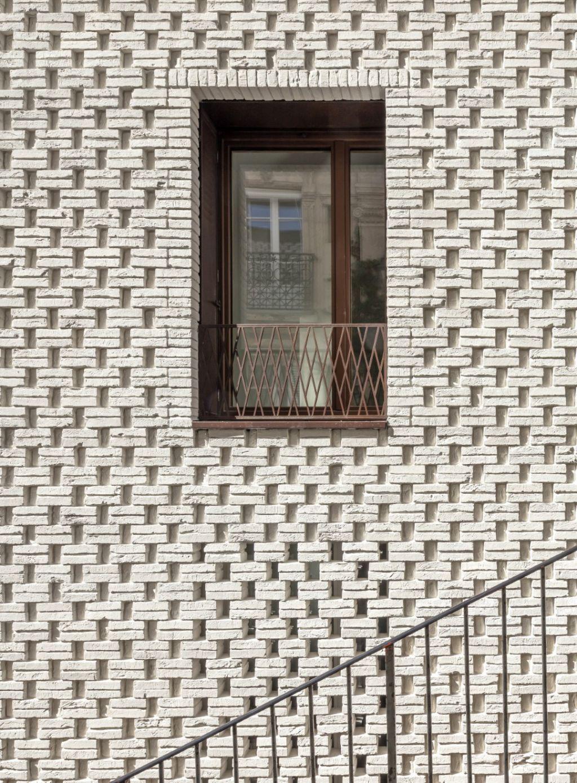 Le détail de modénature de brique en façade anime les volumes simples du bâtiment.