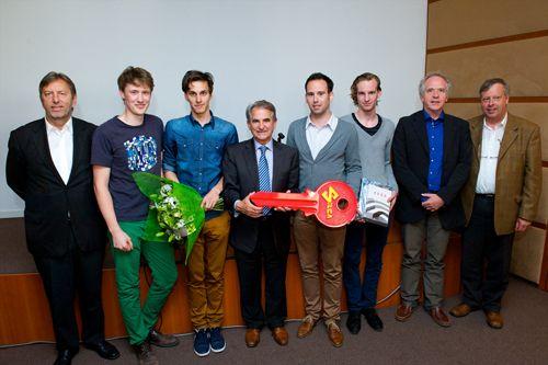 De winnaars van Jonge Architecten aan zet: Mathijs Bekaert, Dieter Van Bree, Thibault Florin, Nick Willems en Pieter Deslé van AtelierVijf.