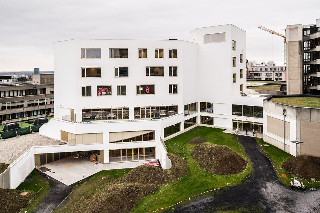 De onderwijstoren nam de oriëntatie van het aanpalende onderwijsgebouw aan, die 45 graden verschilt van de oriëntatie van het restaurant en het leercentrum. (Beeld: KU Leuven - Geert Vanden Wijngaert)