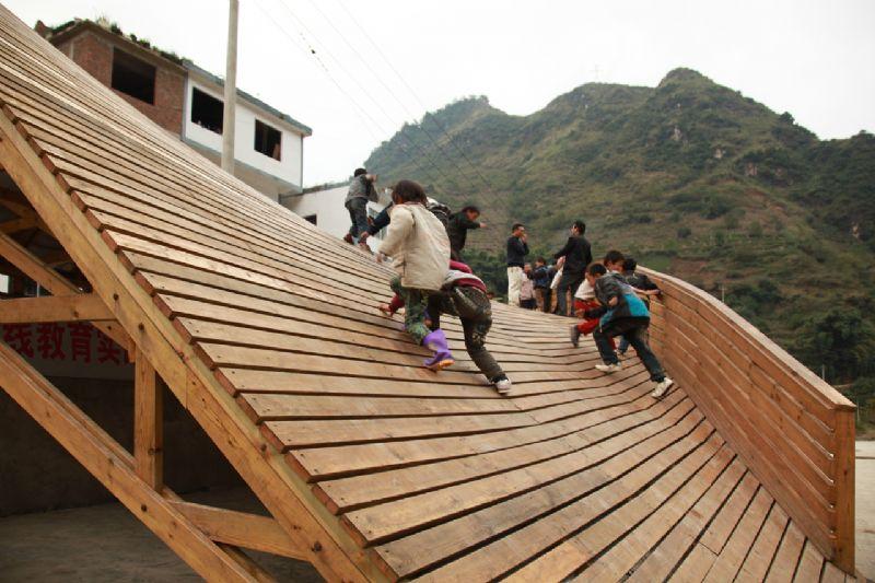 Het dak is aan één kant omheind.