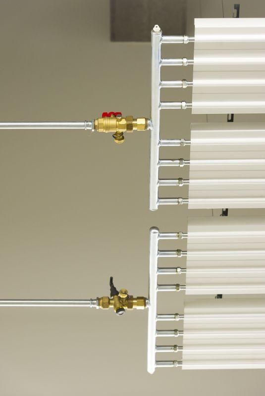 De plafondstralingspanelen worden gevoed met warm water en stralen hun warmte naar beneden af. Warmteverlies naar boven toe wordt voorkomen door thermische isolatie aan de bovenzijde van de panelen