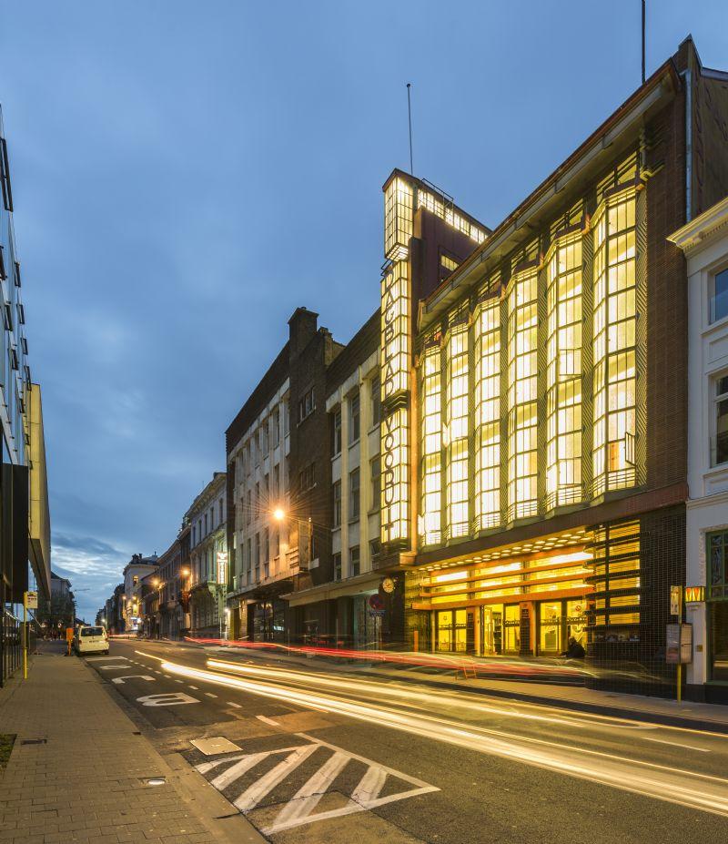 De façade van 'Het Licht' vormt een lichtgevend stadsbaken langs de straat.
