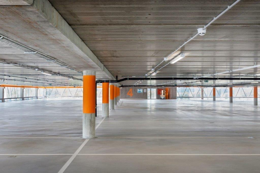 Binnenin valt op dat er erg weinig kolommen gebruikt zijn, wat een verbazend groot ruimtegevoel creëert. (Beeld: Marie-Noëlle Dailly)