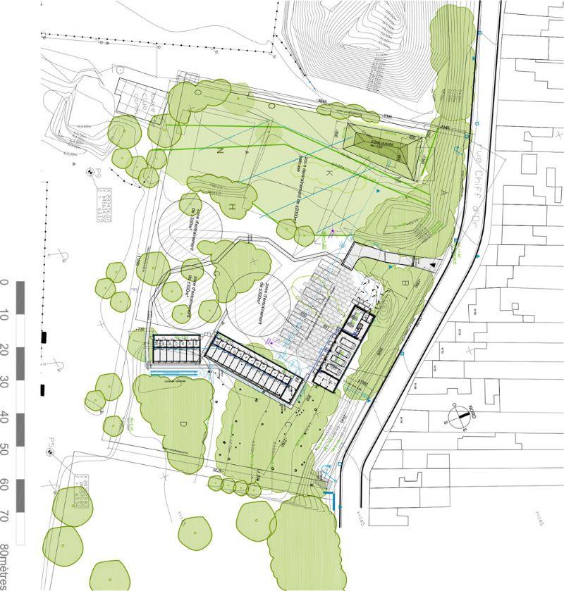 Les 3 bâtiments du projet (un bâtiment administratif et 2 chenils) ont fortement été influencés par la qualité de l'environnement. L'implantation, la volumétrie et les matériaux choisis composent avec la végétation existante.