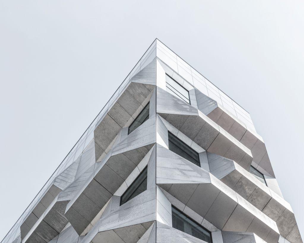 Toen COBE in deze nieuwe wijk geconfronteerd werden met een vijftig jaar oude graansilo van zeventien verdiepingen, was de missie al snel duidelijk: het verouderde gebouw transformeren naar een nieuw stedelijk ankerpunt. (Foto: Rasmus Hjortshøj)