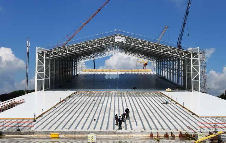 """De bouw van de imposante indoorhal ging van start in februari. """"Wetende dat de constructie begin september wind- en waterdicht moest zijn, kunnen we gerust gewagen van een uiterst korte uitvoeringstermijn"""", aldus Stefaan Callens. (Beeld: Democo)"""