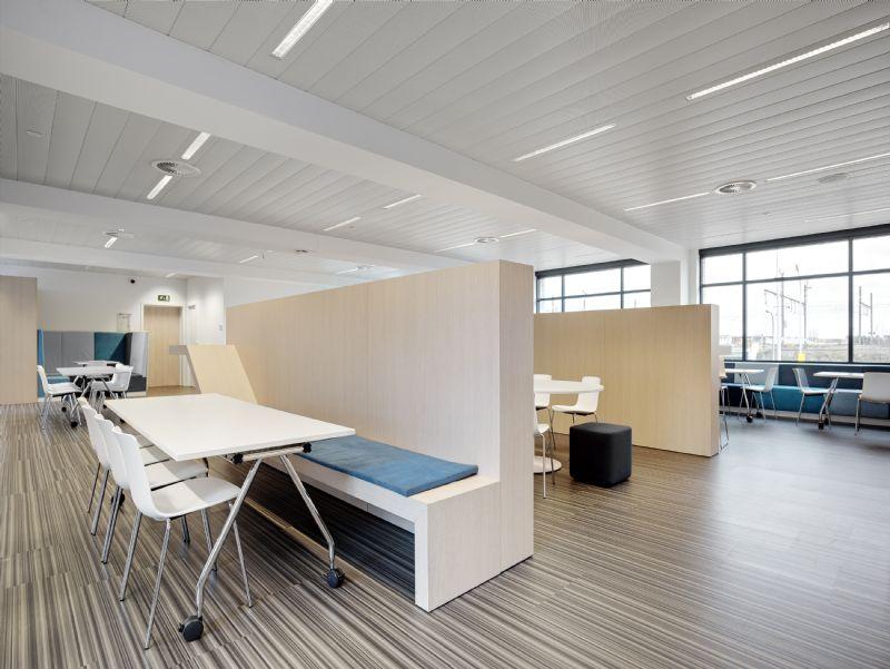 Sanoma Mechelen: rust in de refter dankzij akoestisch klimaatplafond Easy-KlimaPlus van Interalu.