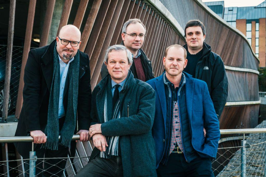 Les partenaires du bureau MODULO architects. De gauche à droite : Gijs Deknopper (ir.-arch. - administrateur), Pierre Spruytte (arch. - administrateur), José-Frédéric Baeyens (ir.-arch.), Olivier Barré (arch.) et Lieven Van Landschoot (ir.-arch.).