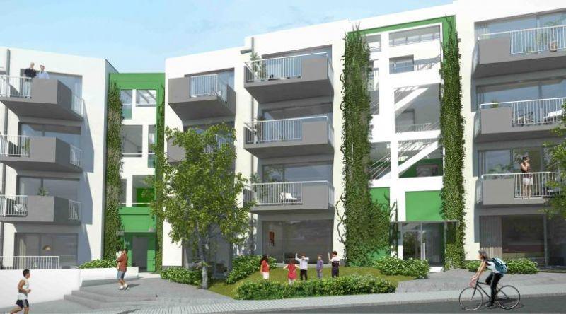 De toegangen tot de appartementen en de trapkernen bevinden zich aan de buitenkant, afgeschermd met groen, beplating en een glazen luifeltje bovenaan het gebouw.
