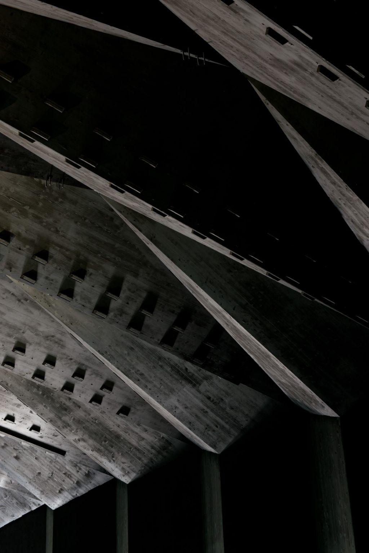 Les arches du toit, composées de panneaux en bois assemblés sans composants métalliques.