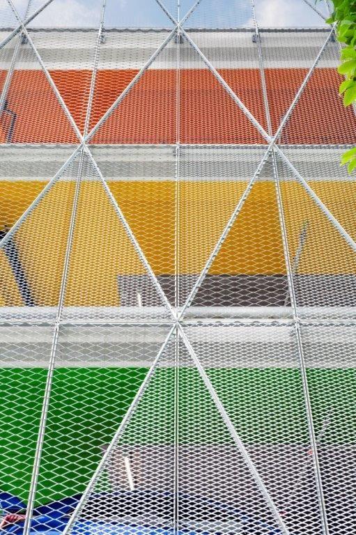 Het specifieke kleurgebruik aan de binnenzijde maakt dat de verdiepingen intuïtief van elkaar te onderscheiden zijn. (Beeld: Marie-Noëlle Dailly)