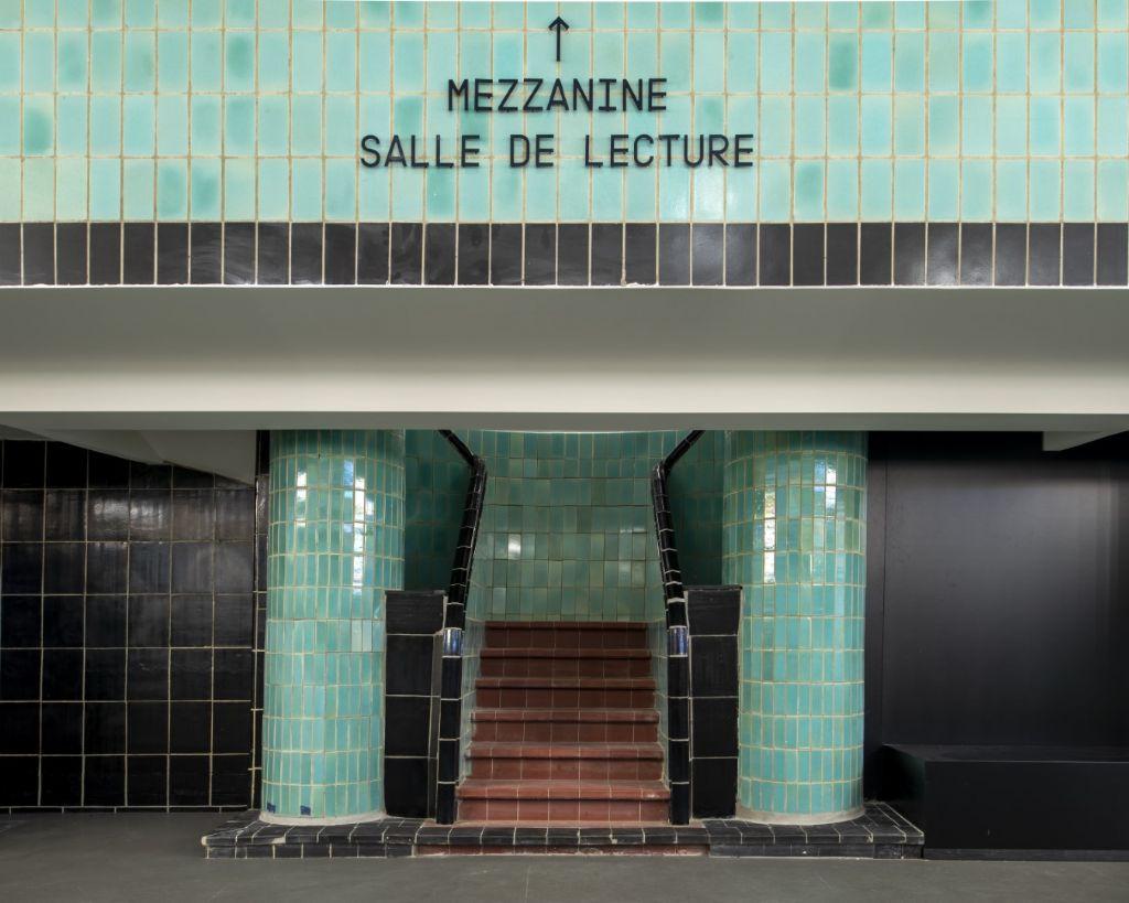 Musées et bibliothèque ont gardé les pavés muraux et de sol typiques de l'ancienne piscine Art Déco.
