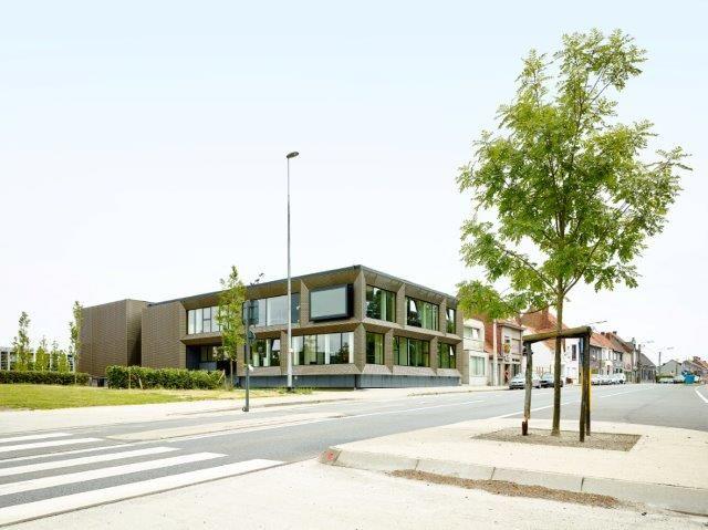 Het nieuwe Stuvo-gebouw bevindt zich naast de hoofdingang en vormt als dusdanig het nieuwe gezicht van de VIVES-campus. (Foto: Dennis De Smet)