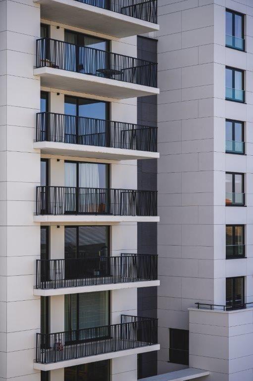 De borstweringen van de balkons hebben een bijzondere look.