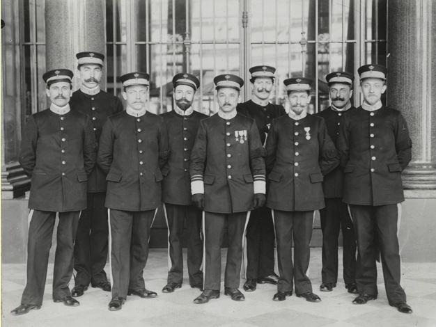 Een ongedateerde foto van de eerste groep zaalwachters. De foto zou van na 1911 zijn, maar van voor 1913.