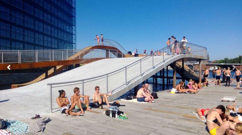 Op de houten platformen kunnen inwoners van Kopenhagen zonnebaden.