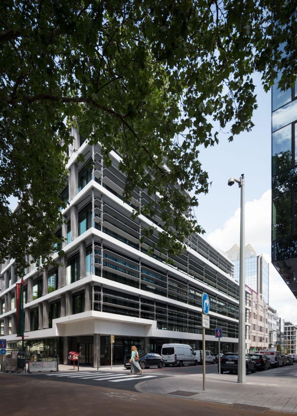 Het nieuwe kantoorgebouw ligt op de hoek van de Kunstlaan en de smalle Sint-Jozef II-straat.