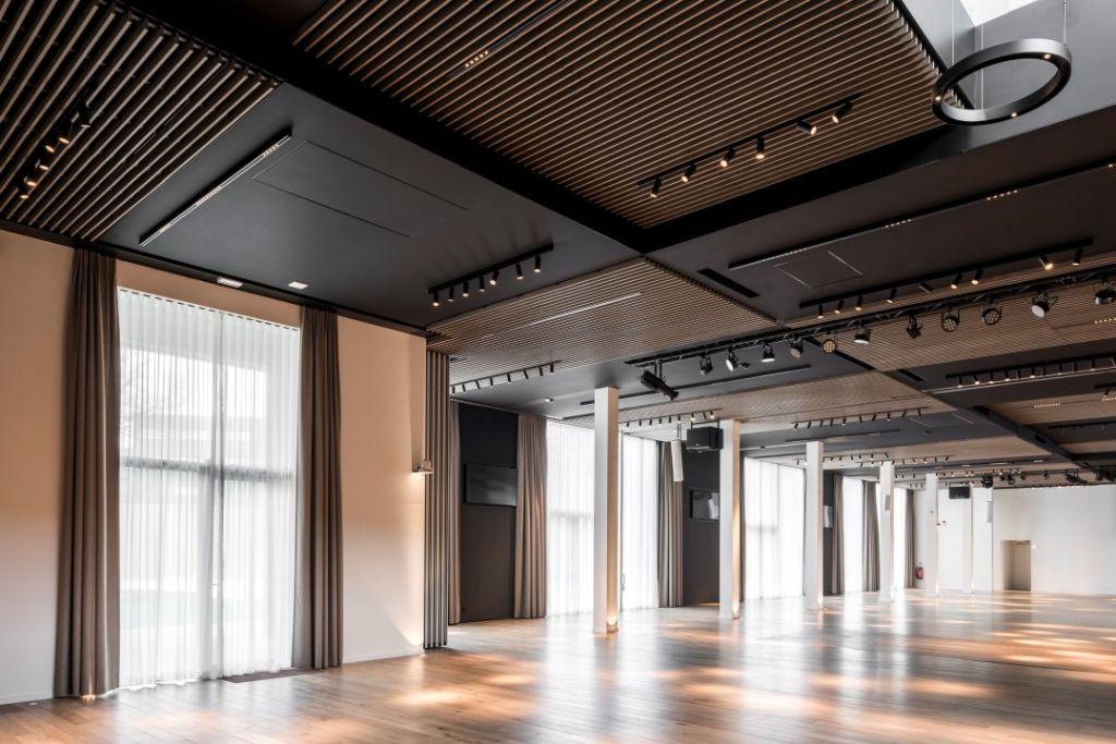 houten plafond lauder linea combineert brandveiligheid met akoestiek