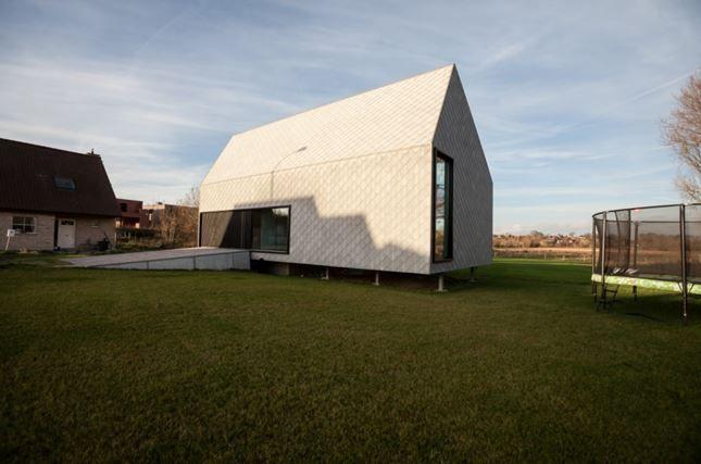 De voorgevel van het huis op pootjes, door Caan Architecten.