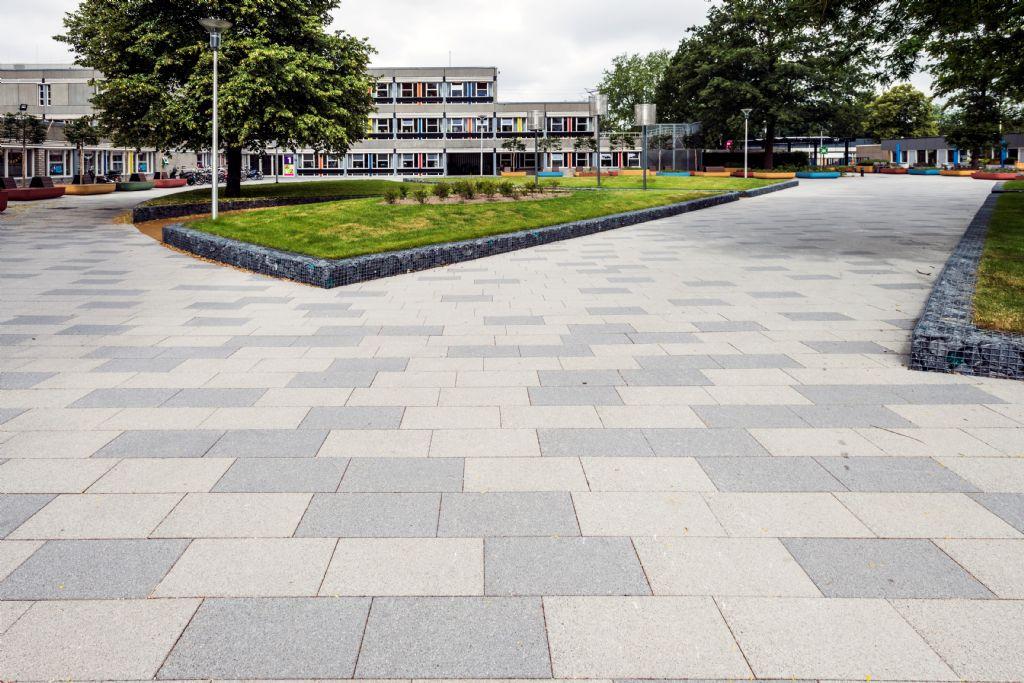 Fantasierijke betonstraatstenen in Nederlandse verpleeginrichting