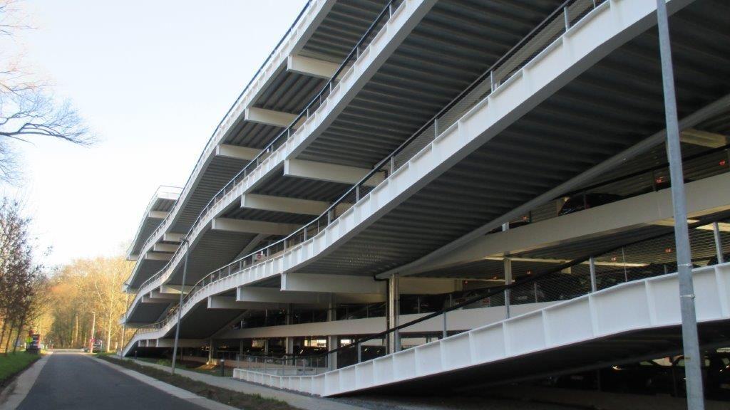 De hellingbanen bevinden zich buiten het eigenlijke parkeervolume, wat het geheel een architecturale dimensie geeft.