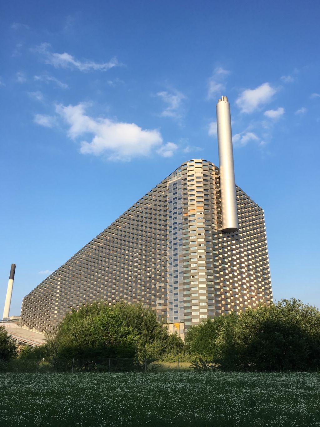 Maak kennis met Amager Bakke, een energiecentrale die afval omzet in warmte en elektriciteit, maar die tevens plaats biedt aan een publiek park en een skipiste.