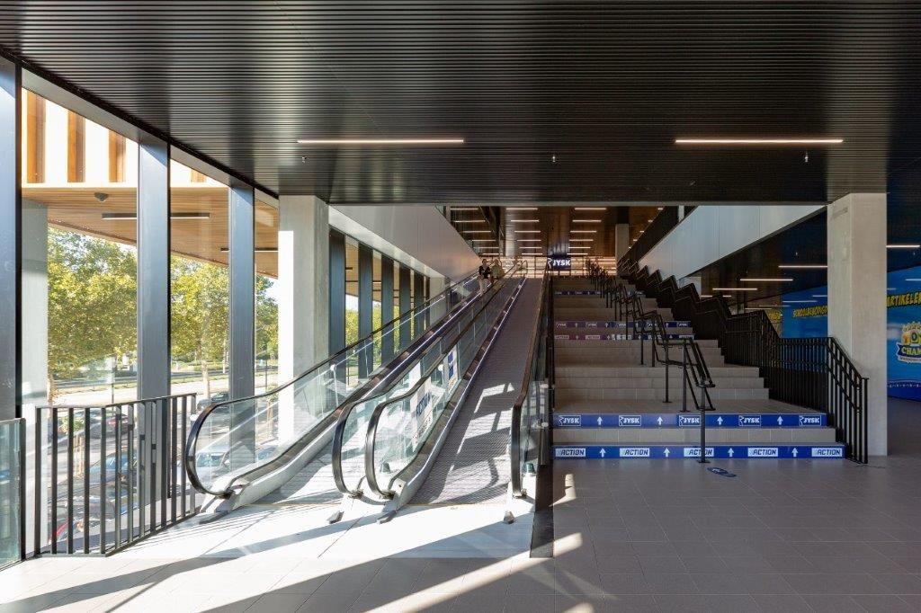 Binnenin koos HVC Architecten voor een neutrale en open inkompartij, zodat de huurders zich makkelijk van elkaar konden onderscheiden met hun eigen huisstijlen. (Beeld: HVC Architecten)